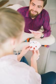 Spielkarten der jungen paare zu hause