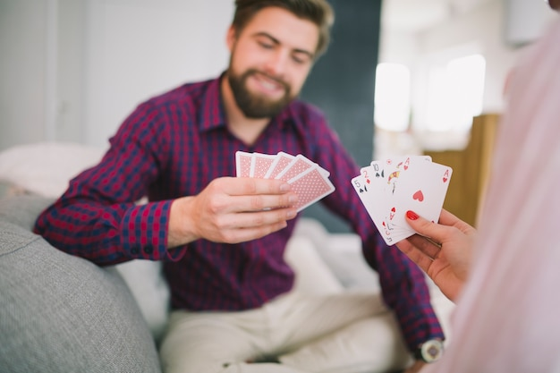 Spielkarten der paare auf sofa zu hause