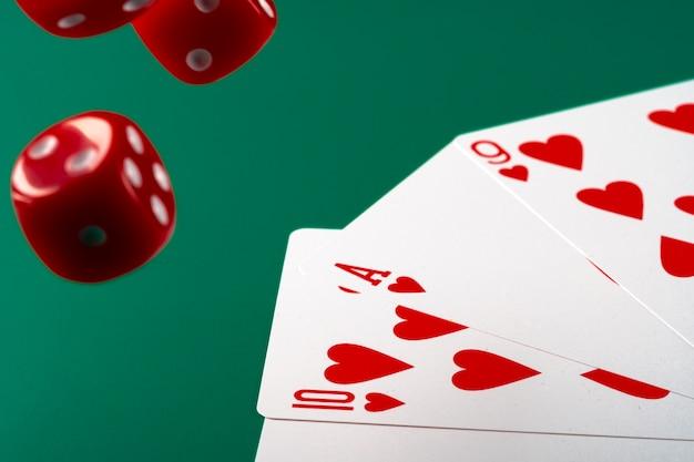 Spielkarten mit roten würfeln. casino und glücksspiel-konzept