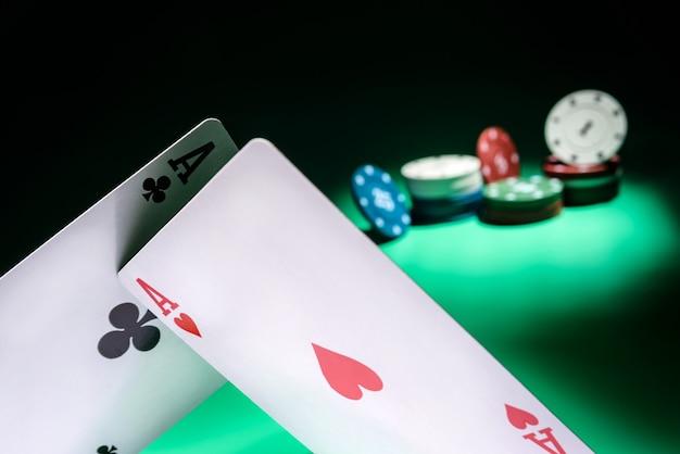 Spielkarten-nahaufnahme mit selektivem fokus auf den hintergrund des spielens von chips. glücksspielkonzept.