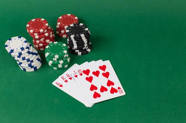 Spielkarten und chips sind in einer spalte gestapelt