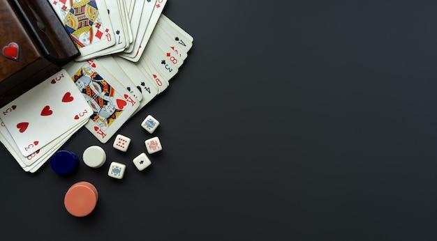 Spielkarten und würfel auf dunkelgrauem hintergrund