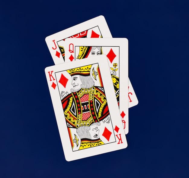 Spielkarten-volldeck mit kasinopoker im normalen hintergrund