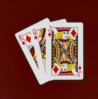 Spielkartenkönigin-steckfassungsplattform mit rotem hintergrundkasinopoker