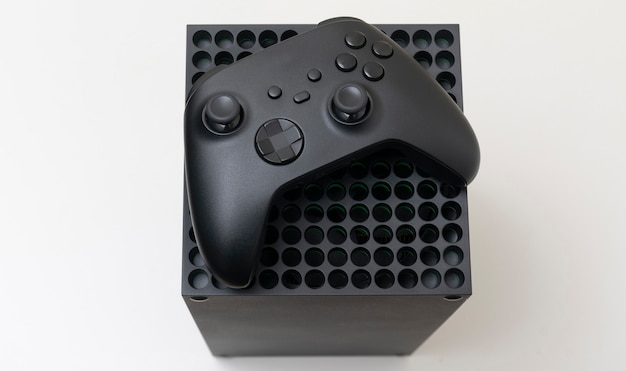 Spielkonsole und controller isoliert auf weißem hintergrund