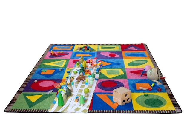 Spielmatte und holzspielzeug für kinder isoliert auf weiß