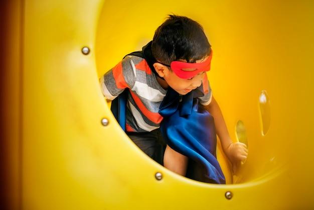 Spielplatz-yard-superheld-freiheits-kinderjungen-konzept