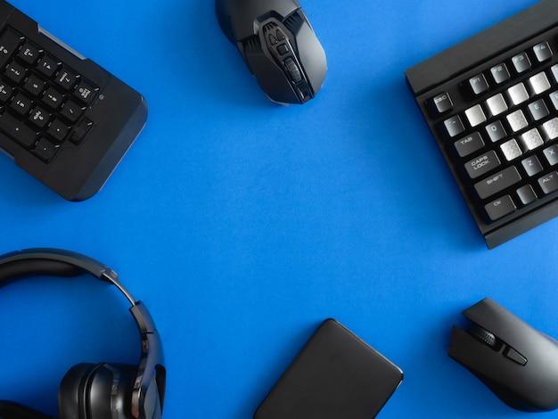 Spieltisch mit tastatur, maus und kopfhörern