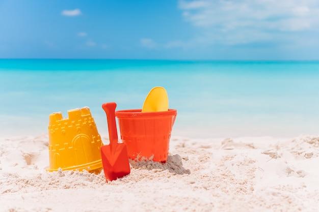 Spielwaren des strandkindes auf weißem sandstrand