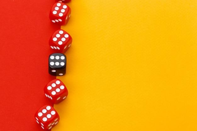 Spielwürfel auf farbigem hintergrund