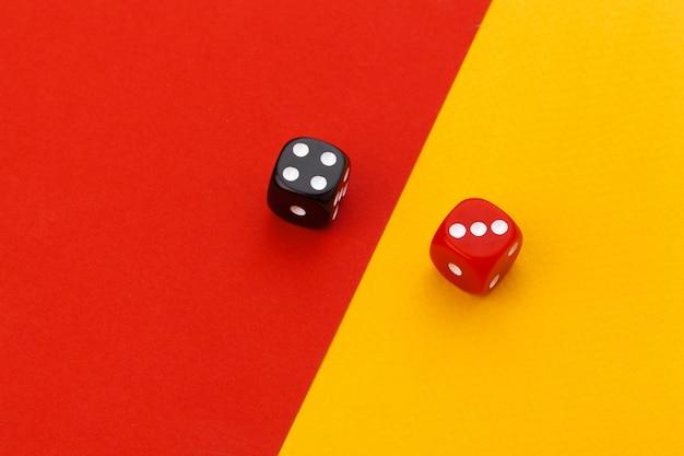 Spielwürfel auf farbigem papier