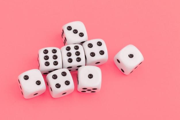 Spielwürfel auf rosa hintergrund