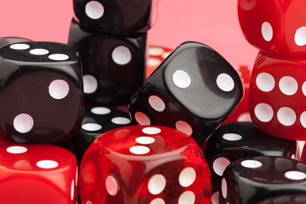 Spielwürfel auf schwarz und rot. konzept für spiele.