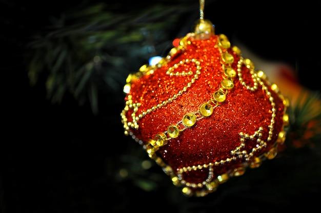 Spielzeug auf dem weihnachtsbaum