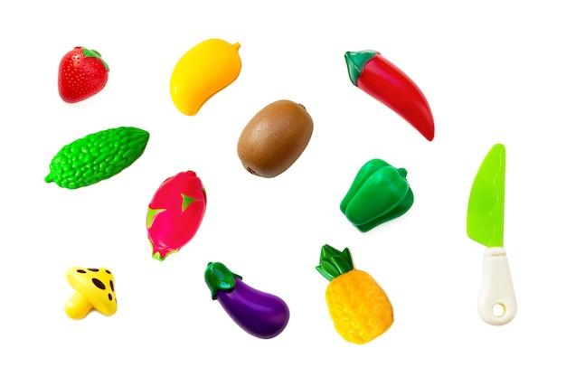 Spielzeug aus kunststoff obst und gemüse sammlungssatz isoliert auf weißem hintergrund. plastikfrucht für das spiel. spielen im kinderladen.
