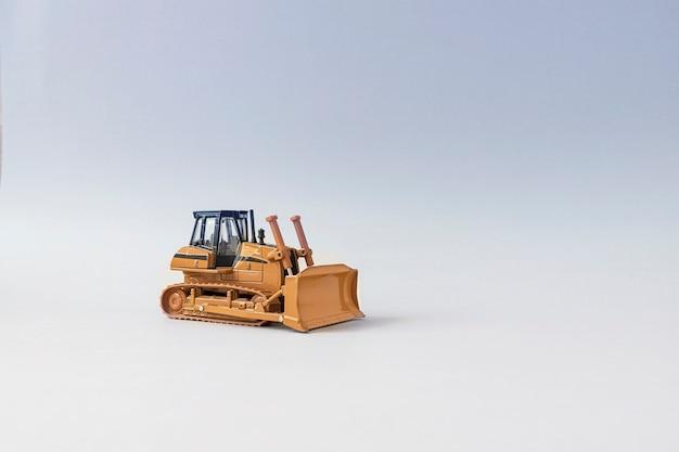 Spielzeug bulldozer mit einem abgesenkten eimer.
