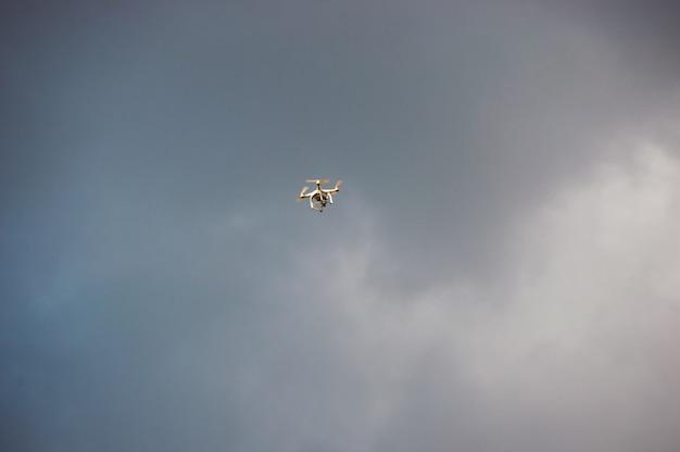 Spielzeug drohne am himmel