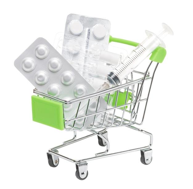 Spielzeug-einkaufswagen mit pillen im blister mit ampullen von impfstoff und spritze auf isoliertem hintergrund