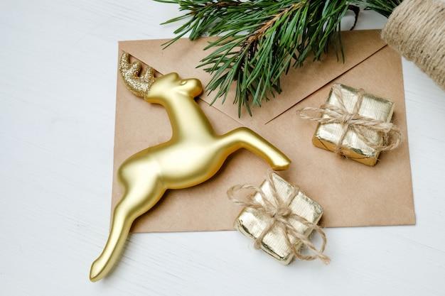 Spielzeug, geschenke und hirsche mit bastelflasche und weihnachtsbaum