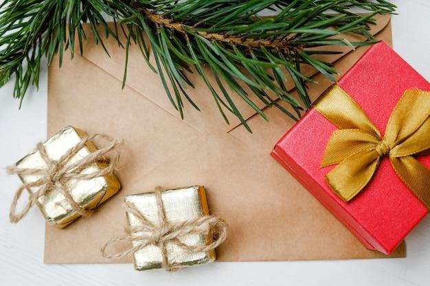 Spielzeug, geschenke und weihnachtsbaum