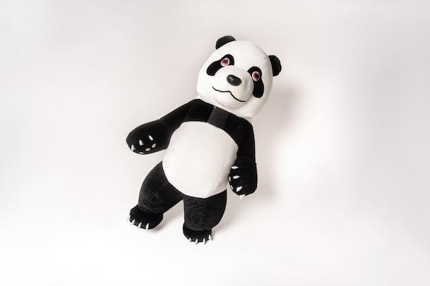 Spielzeug großer panda mit einem mann im inneren auf weißem hintergrund.