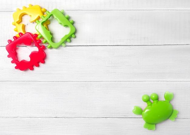 Spielzeug hintergrund, kinderspielzeug. der kopierraum zwischen kinderspielzeug. das konzept der babyentwicklung, babyspiele und produkte für kleinkinder.