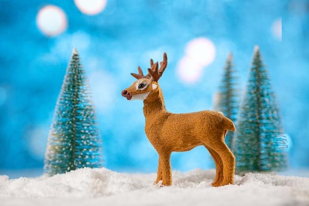 Spielzeug hirschdekoration mit weihnachtsbäumen und schnee