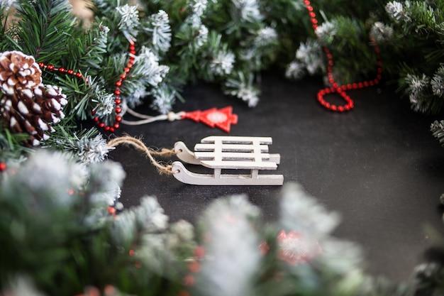 Spielzeug holzschlitten mit geschenken - vorbereitung und silvester