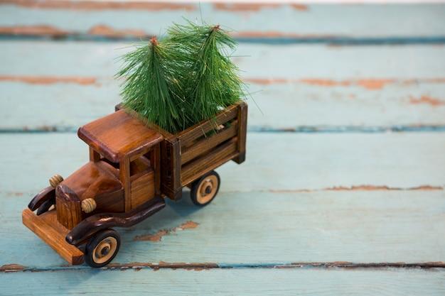 Spielzeug-lkw mit weihnachtsbäumen
