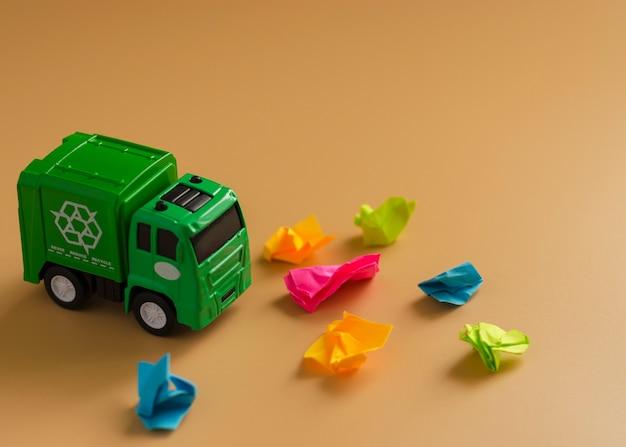 Spielzeug müllwagen mit papieren