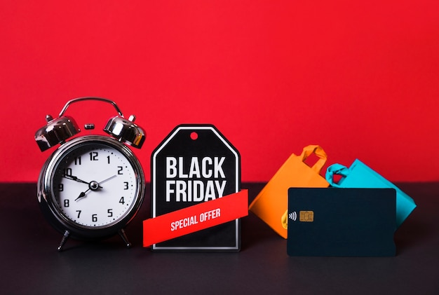 Spielzeug-schild, wecker, kreditkarte und einkaufstaschen