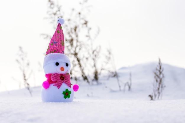 Spielzeug-schneemann ã'â–na wintertag im schnee_