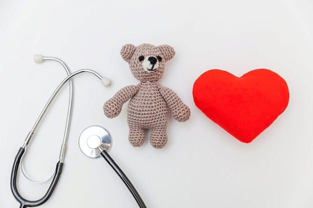 Spielzeug tragen rotes herz und medizinausrüstung stethoskop