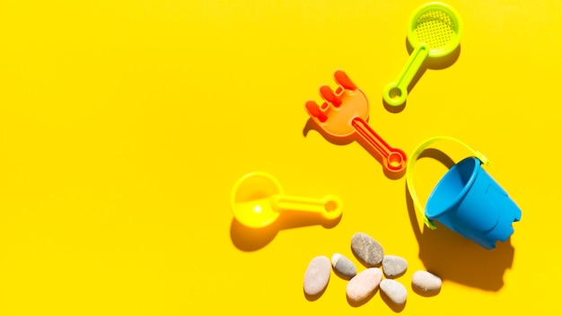 Spielzeug und kieselsteine auf heller oberfläche