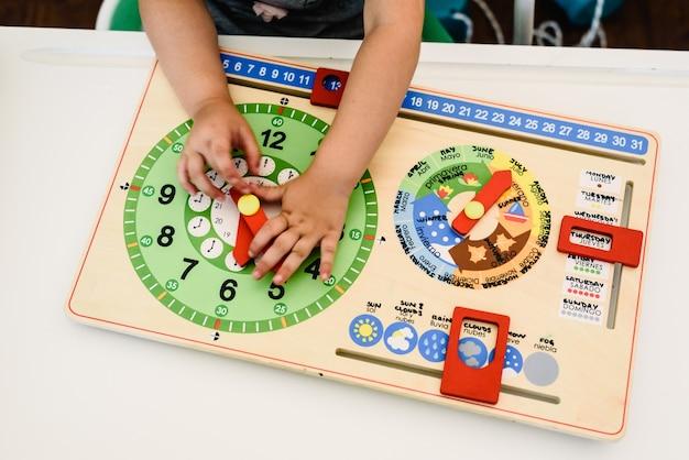 Spielzeug und materialien montessori in einem klassenzimmer einer schule für kinder