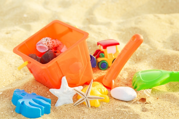 Spielzeug und strandelemente