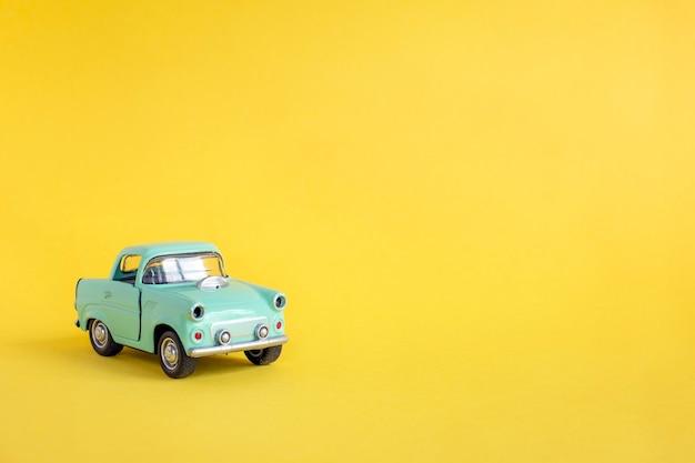 Spielzeugauto auf der straße auf gelbem grund