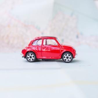 Spielzeugauto auf karte