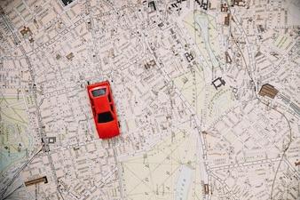 Spielzeugauto auf Stadtplan