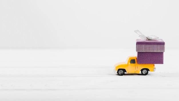 Spielzeugauto mit geschenk im kofferraum