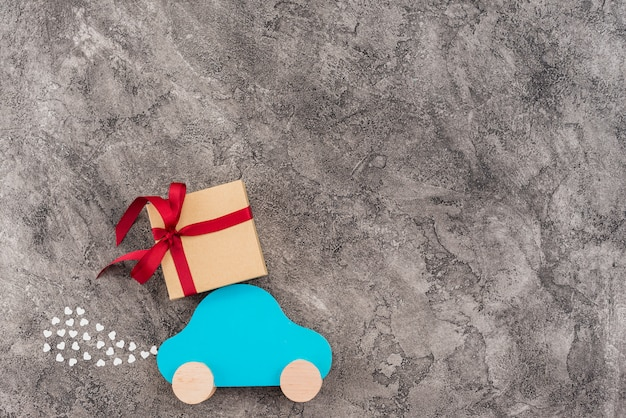 Spielzeugauto mit geschenkbox
