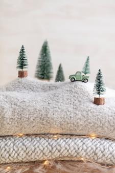 Spielzeugauto mit weihnachtsbaum, bokeh-hintergrund