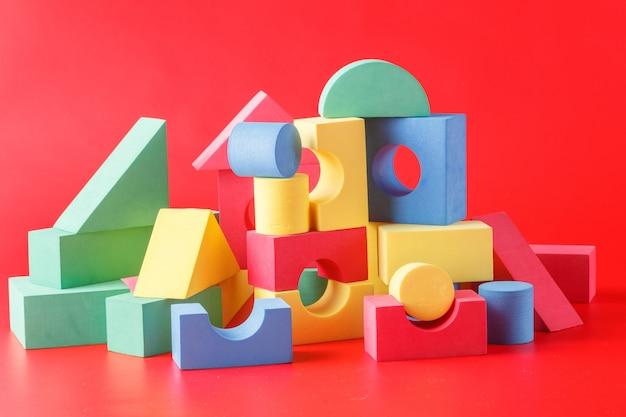 Spielzeugburg aus farbblöcken