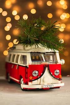 Spielzeugbus trägt einen weihnachtsbaum