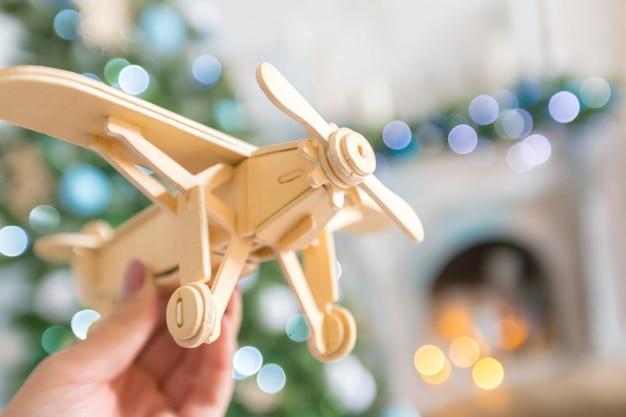 Spielzeugflugzeug in der hand