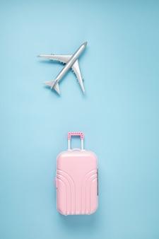 Spielzeugflugzeug und koffer