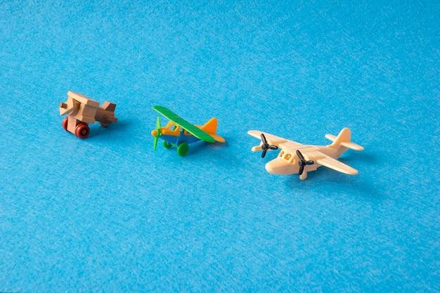 Spielzeugflugzeuge retro auf blau