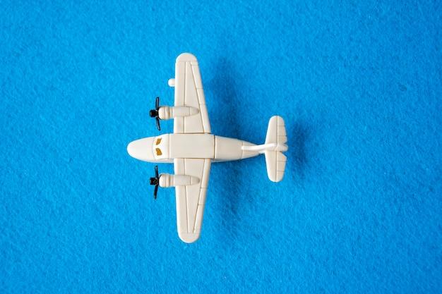 Spielzeugflugzeugspielzeug getrennt auf blau