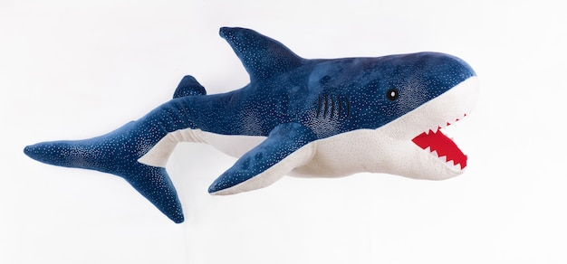 Spielzeughai isoliert auf weißem hintergrund