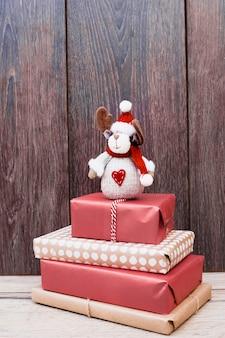 Spielzeughirsch auf haufen von geschenken